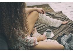 品尝咖啡的女人