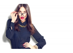手扶眼镜的红唇女人