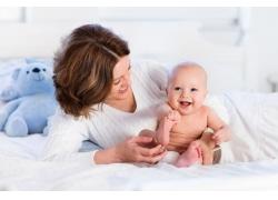 女人和抓脚丫的婴儿图片
