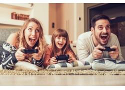 玩游戏欢呼的三口之家