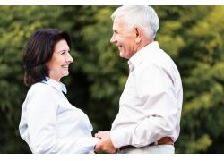 手牵手的老年夫妻