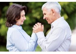 双手紧握的老年夫妻