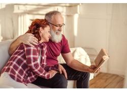 沙发看书的夫妻
