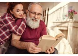 看书的中年夫妻