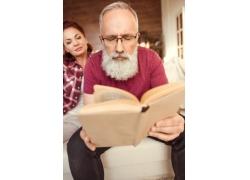 看书的胡须男与妻子