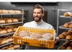 烤出面包的快乐男人