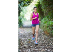 跑步的苗条女人