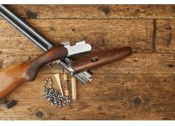 桌子上的猎枪