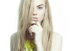 黄色直发美女模特