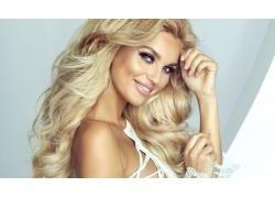 微笑的金发美女模特