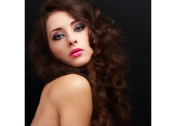 红色秀美的卷发美女