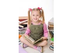 坐在地上看书的女孩图片