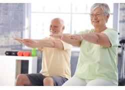 练习瑜伽的老人