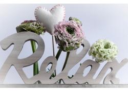 放松字样和花朵饰品图片