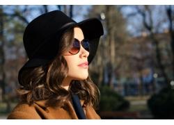 戴帽子眼镜的女子