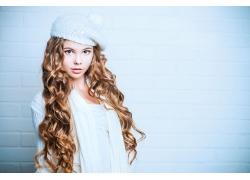戴帽子的卷发女孩