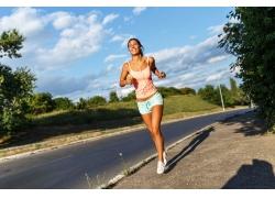 跑步健身的女士图片