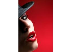 戴帽子的红唇女子
