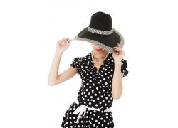 戴帽子项链的女士
