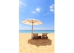 沙滩上的椅子和遮阳伞图片