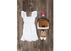 白色裙子与女包