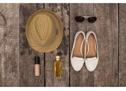 帽子与白色鞋
