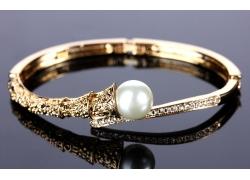 一个珍珠戒指