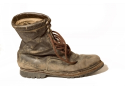 一只高筒鞋