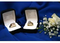 花朵与情侣戒指