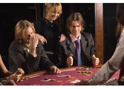 赌博的外国男人