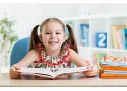 拿着书本的女孩图片
