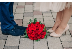 玫瑰花花束和一对新人