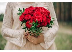 拿着玫瑰花束的美女
