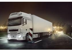 夜晚行驶的白色卡车