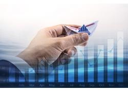 手中的纸船商务背景图片