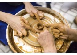 制作陶艺的双手