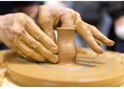 制作陶器的手