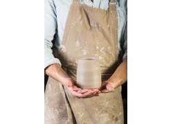 双手捧着的陶器