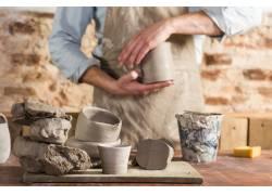 加工陶罐的工人