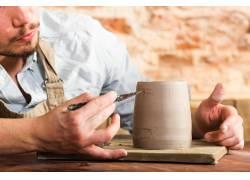 陶器雕刻的工人
