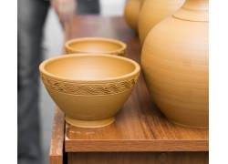 桌子上的陶器