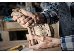 雕刻木纹的工匠
