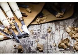 木板上的雕刻工具