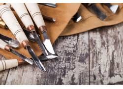 木板上的木雕工具