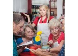 小餐馆点餐的老年游客