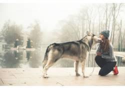 牵着狗的女人