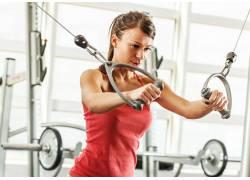 健身房锻炼的女士