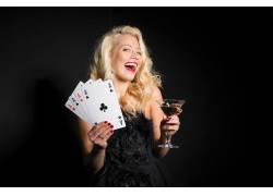 打牌喝酒的美女