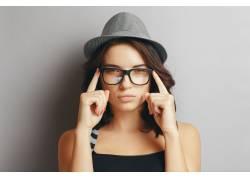 戴帽子眼镜的女人