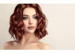 棕色卷发的美女